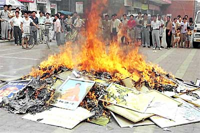 A stack of books and other reading materials relating to the banned Falungong sect are set on fire in Shouguang city, in China's eastern Shandong province, 04 August 1999. Authorities in cities across China held more mass book burnings to...